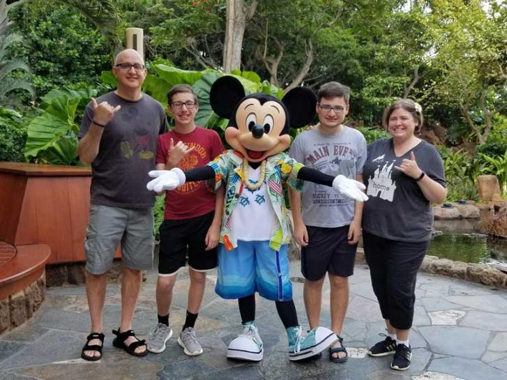 Guest Photo from Tammi Ritter: Guests with Mickey Mouse at Aulani Villas